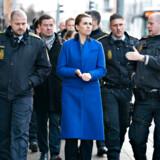 Hos Rigspolitiet er man chokeret over statsminister Mette Frederiksens ambition om at ville halvere Rigspolitiet. Men hun har faktisk én god pointe, fastslår tillidsmand. Her ses statsministeren med lokale politifolk efter besøget hos Nordjyllands Politi tidligere i år.