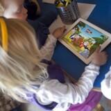 »Forældre skal tage ansvar og hjælpe deres børn med den digitale dannelse, og hvis de kommer i knibe på nettet. Det samme skal skolerne, og det stiller i den forbindelse store krav til lærerne at kunne tage bestik af nye teknologier,« skriver Stine Liv Johansen.