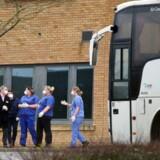 Det britiske sundhedsministerium talte mandag om coronavirussen som »en overhængende og alvorlig trussel« mod offentligheden. Den retoriske optrapning kommer, efter at hjemhentede briter fra Wuhan er blevet indkvarteret på et motel i Milton Keynes (billedet), og efter nyheden om en britisk superspreder, der foreløbigt har smittet 11 og kan have smittet mange flere. Foto: ISABEL INFANTES / AFP