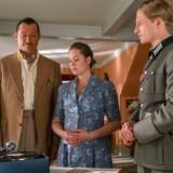 Weyse (Jens Jacob Tychsen) er ikke tilfreds med udsigten til tvangsarbejde i tyske tjeneste. Amanda (Amalie Dollerup) tænker sit, mens ingen ved, hvad den måske fæle nazist (Anton Rubtsov) egentlig tænker.