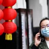 En kvinde iført ansigtsmaske i Manchesters kinesiske kvarter.