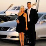Sådan førte Marcus Schrenker sig frem hjemme i forstæderne i Indianapolis – med privatfly, Lexus, blond elskerinde og Armani-jakkesæt. Men så kom finanskrisen ...