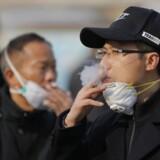 Statistikker viser, at coronavirus rammer flest ældre mennesker, og at størstedelen af tilfældene er mænd. Rygning menes at kunne øge risikoen for at få alvorlige komplikationer.