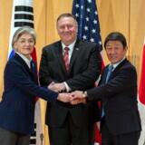 Vesten møder Østen. USAs udenrigminister, Mike Pompeo, giver hånd til Japans udenrigsminister,Toshimitsu Motegi (til højre), og Sydkoreas udenrigsminister, Kang Kyung-wha (til venstre), forud for mødet i München.