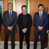 Bjarke Ingels optræder på dette foto med Brasiliens præsident, Jair Bolsonaro (nummer to fra venstre), samt Brasiliens minister for turisme, Marcelo Álvaro Antônio (til højre for Bjarke Ingels).