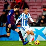Martin Braithwaite i duel med sin nye holdkammerat Gerard Piqué, da Leganés i november havde besøg af FC Barcelona.. Den catalanske forsvarsgeneral er blandt hovedpersonerne i de magtkampe, som udkæmpes både internt i omklædningsrummet og i forhold til klubbens ikke videre succesfulde ledelse.