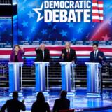 Demokraternes præsidentkandidater på scenen i Las Vegas. Den tidligere New York-borgmester Mike Bloomberg, senator Elizabeth Warren, senator Bernie Sanders, tidligere vicepræsident Joe Biden, tidligere borgmester i South Bend Pete Buttigieg og senator Amy Klobuchar.