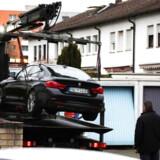 Politiet i færd med at fjerne bilen, der tilhører den formodede gerningsmand.