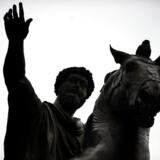 Filosofien er snarere et bagtæppe for Niels Overgaard. Den optræder først og fremmest via udvalgte citater fra især Seneca og Marcus Aurelius, der her ses til hest på Piazza del Campidoglio i Rom.