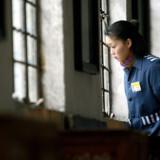 Fange ser ud af vindue i kinesiske kvindefængsel i  Hangzhou i den østlige Zhejiang provins. Coronavirus er blevet udbredt til over 500 indsatte i kinesiske fængsler, hvor der er særlig stor smitterisiko, oplyser embedsmænd i Beijing fredag. (Arkivfoto) China Newsphoto/Ritzau Scanpix