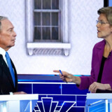 Mike Bloomberg taler med senator Elizabeth Warren under debatten.