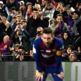 Begejstrede tilskuere tager billeder af Messi under en hjemmekamp mod Mallorca. Men stemningen blandt Camp Nous »rigtige« fans, der også er medlemmer af klubben, er alt andet end optimal efter den seneste tids skandaler, og Martin Braithwaites indsats vil blive studeret med lup.