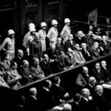 Julis Streicher (nr. 2 fra øjre i rækken af siddende bag skranken) blev i 1946 dømt til døden for forbrydelse mod menneskeheden. Billedet er fra Nürnbergprocessen i 1946, hvor der blev ført retssager mod de ledende nazister.