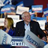 Den demokratiske præsidentkandidat Bernie Sanders ser ud til at være vinderen af primærvalget i Nevada. Han opholder sig på valgaftenen i Texas, som 3. marts afholder primærvalg på den såkaldte Super Tuesday.