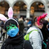 En deltager i Venedigs karneval har taget ekstra beskyttende maske på, efter antallet af coronaviruspatienter er steget væsentligt i Italien. De sidste to dage en det populære karneval er nu blevet aflyst.