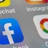 En stor del af dagens kommunikation – gennem e-mail, chatbeskeder og internetopkald – er krypteret, altså kodet, så ingen udefra kan følge med. Men dermed kan også kriminelle skjule sig, og derfor vil nogle politikere have adgang gennem en bagdør i teknikken. Det er der stærkt delte meninger om.