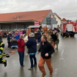 Flere mennesker er sårede, efter en bil har kørt ind i en folkemængde i Volkmarsen.