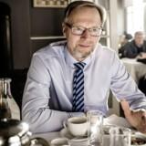 Anders Dam, ordførende direktør i Jyske Bank, har set sig nødsaget til at give grænsen for negative renter et hak nedad, så det rammer endnu flere.