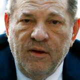 Harvey Weinstein står til mellem fem og 25 år bag tremmer, efter han mandag blev kendt skyldig i to seksuelle overgreb. Mere end 100 kvinder har siden 2017 anklaget ham for seksuelle forulempelser.