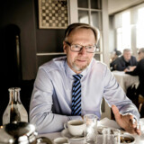 Bankernes grand old man, Jyske Bank-chefen Anders Dam, lægger linjen for alle danske banker, når det kommer til opkrævning af negative renter hos privatkunder. Det giver mening, Anders Dam driver ikke Ebberød Bank.