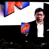 Richard Yu i sit es som Huaweis mobilchef – projiceret op på en kæmpeskærm som ene mand på scenen forleden ved præsentationen af den nye udgave af Huaweis foldbare smartphone, Mate Xs.