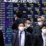 Coronavirussen har spredt sig til flere lande. Her bærer borgere i Tokyo masker for ikke at blive smittet.