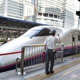 Der er lang vej, før de europæiske togruter matcher det japanske højhastighedstog Shinkansen, her på Tokyo Central Station. Faktisk er bare det at bestille en togtur gennem Europa svært, fordi de forskellige hjemmesider ikke taler ordentligt sammen. Men nu gør flere private noget for at fremme togturismen. Foto: Henning Bagger/Scanpix 2017.