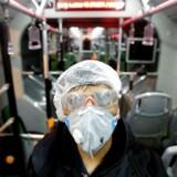 I Irans hovdstad Teheran tager kommunalt ansatte ingen chancer, før de rengør byens busser. Iran har rapporteret om foreløbig 19 døde af den nye coronavirus.