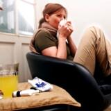 Selvom du er snottet og har feber, er det ikke sikkert, du behøver at søge læge. Modelfoto: Maria Hedegaard/Ritzau Scanpix