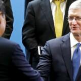 Apple-topchef Tim Cook (th.) har gode forbindelser til den kinesiske topledelse. Her hilser han i 2015 på den kinesiske præsident Xi Jinping under sidstnævntes besøg i USA. Apples største marked uden for USA er Kina.
