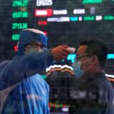 Coronavirus har udløst lettere panik på finansmarkederne, hvor investorerne har forladt aktier og er søgt over i guld og obligationer. Men det kan være meget svært som investor at gennemskue, hvornår bunden er nået, og man skal hoppe ind på markedet og købe op. Foto: Aly Song/Reuters/Ritzau Scanpix