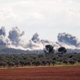 Store røgskyer efter eksplosioner stiger til vejrs i landsbyen Qaminas cirka seks kilometer sydøst for byen Idlib. Der er samtidige meldinger om, at russiske fly har bombet i det nordvestlige Syrien.