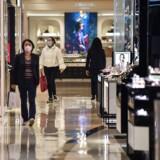 Flere shoppingcentre i Shanghai har haft markant færre besøgende det seneste stykke tid, men nu begynder der så småt at være liv på gangene igen.