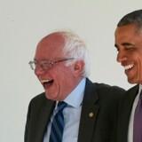 De grinede sammen, senator Bernie Sanders og Barack Obama, da de holdt møde sammen i Det Ovale Vælrelse i 2016, mens Obama stadig var præsident. Men sandheden er, at Obama ikke støtter Sanders' progressive holdninger, og nu rumsterer den tidligere præsident i kulisserne i et forsøg på at stoppe Sanders' fremmarch i kampen om at blive demokratisk præsidentkandidat.
