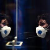 En mand iført maske forsøger at beskytte sig på et hotel i Innsbruck i Østrig, hvor en italiensk medarbejder er blevet testet positiv for coronavirus.