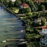 På Strandvejen nord for København ligger nogle af landets dyreste villaer – nogle med egne badebroer. I hovedstadsområdet har husejere i løbet af de seneste 20 år generelt oplevet en prisstigning på op til 200 procent.