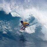 Sådan så Berlingskes udsendte IKKE ud, da han prøvede at surfe for første gang. Siargo på Filippinerne er et paradis for surfere – men man kan også bare droppe de store bølger og sætte sig på stranden og nyde en frokost med fisk og skaldyr.