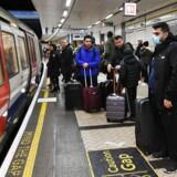 Coronavirussen har for alvor spredt sig i de europæiske lande de seneste uger. Her er det fra metroen i London, hvor nogle passagerer har iført sig masker.