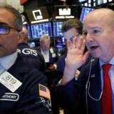 Sælg, sælg, sælg. Olie og aktier får megaklø mandag morgen, mens renterne falder til bundrekorder.