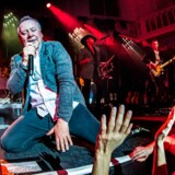 Det skotske band Simple Minds rammer både Herning og København på deres igangværende 40 års jubilæumsturné. Begge koncerter bliver splittet op, så bandet spiller fire gange. Dette for at undgå smitte blandt publikum. Billedet er fra bandets koncert i Amsterdam