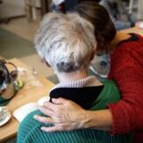 »Smitten kan være livsfarlig for ældre. Den spredes nemmere pga. beboernes behov for fysisk kontakt. Selve forebyggelsen – »at holde sig på afstand« – kan gøre beboerne endnu mere syge,« skriver May Bjerre Eiby. (Foto: Ida Guldbæk Arentsen/Ritzau Scanpix)