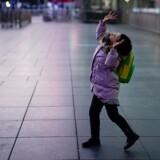 En pige med maske leger med en ballon ved Shanghai togstation - mens verden bliver ramt af et udbrud af coronavirus. REUTERS/Aly Song