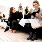 Frederikke Schmidt (t.h.) og hendes virksomhed, Roccamore, har de seneste tre-fire uger mærket effekterne af coronaudbruddet i Italien. I øjeblikket gør hun alt for at få flest mulige sko ud af Italien, hvor hele produktionen foregår.