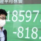 Igen torsdag morgen faldt aktiekurserne stort i Asien – her i Japan. Det ventes at vise sig også i Danmark, når børsen åbner.