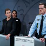 Statsminister Mette Frederiksen på pressemødet onsdag aften i Statsministeriet. På billedet også rigspolitichef Thorkild Fogde.