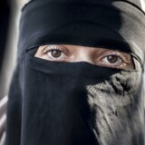 Er coronavirussen, der får nogle til at bære maske, Allahs måde at sige fra over for niqabforbud? Det mener en Facebook-gruppe. Dette arkivfoto forestiller en dansk kvinde under en demonstration imod tildækningsforbuddet i august 2018.