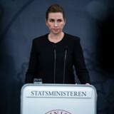 Da Mette Frederiksen onsdag aften trådte frem på et pressemøde for at lukke store dele af Danmark, skrev hun danmarkshistorie i realtid. Forud var gået et intenst forløb.