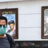 Biografer verden over er lukket på grund af coronafare, og folk sidder i stedet derhjemme og streamer film og serier. Netflix har for nylig lanceret en dokumentar-serie om pandemier, som nærmest forudså, hvad der ville ske. Her er det en biograf i Indien, som lukkede, inden den nye »James Bond«-film skulle have haft premiere.