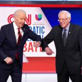 Som det sig hør og bør i disse coronavirustider, gav vicepræsident Joe Biden og senator Bernie Sanders hinanden en albue i stedet for hånden, inden TV-debatten mellem de to demokratiske præsidentkandidater begyndte søndag aften. Da Donald Trump udstedte nødret fredag, gav han hånd til flere.