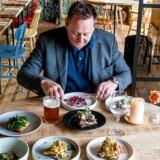 Ole Troelsø, madanmelder Børsen, er nok en af de danskere, der har spist på flest af verdens bedste restauranter. Her er han i gang med smørrebrød på Restaurant Selma.